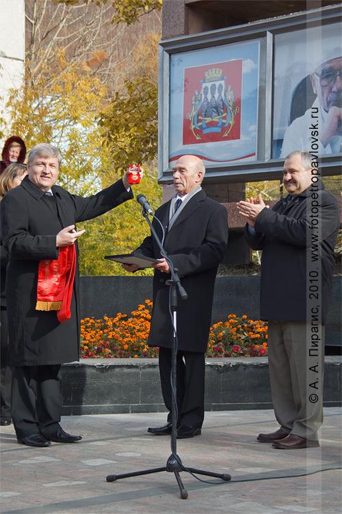 Фотография: ритуал посвящения Мачидловского Сергея Владимировича в почетные граждане города Петропавловска-Камчатского