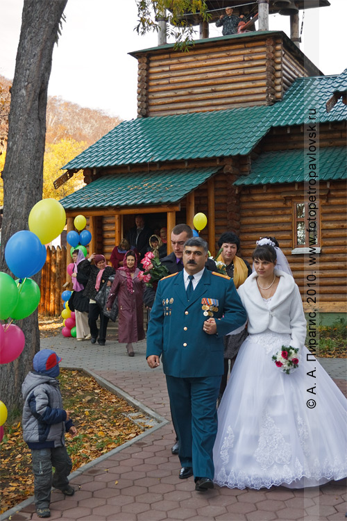 Фотография: молодая пара после обряда венчания в храме Александра Невского, расположенном рядом со сквером Свободы в городе Петропавловске-Камчатском