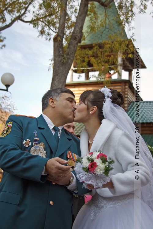 Фотография: супружеский поцелуй на фоне храма Александра Невского