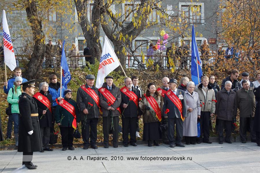 Фотография: почетные жители на митинге, посвященном Витусу Йонассену Берингу — основателю города Петропавловска-Камчатского