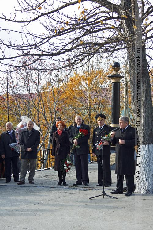 Фотография: выступление официальных лиц на торжественном митинге у памятника Витусу Йонассену Берингу — основателю города Петропавловска-Камчатского