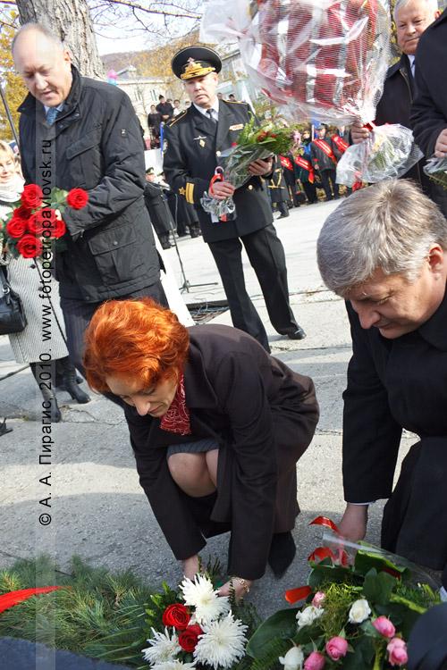 Фотография: день рождения города Петропавловска-Камчатского. Возложение цветов к памятнику Витусу Берингу