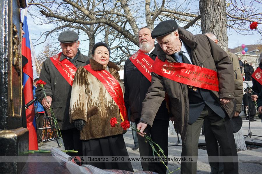 Фотография: возложение цветов к памятнику основателю города Петропавловска-Камчатского Витусу Берингу