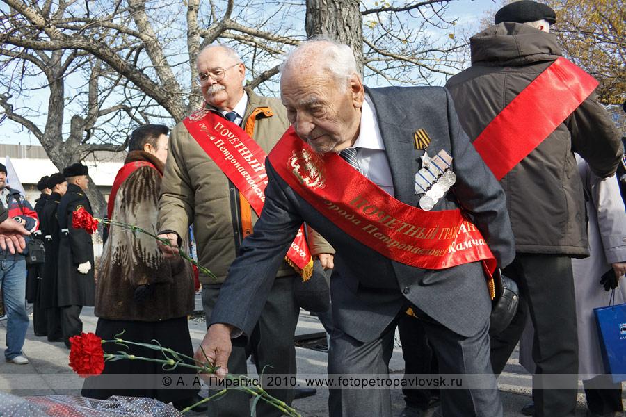 Фотография: возложение цветов к памятнику капитан-командору Витусу Йонассену Берингу в Петропавловске-Камчатском
