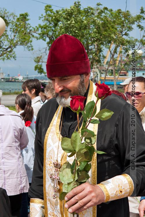 Фотография: День рыбака на Камчатке — отец Ярослав после проведения молебна по погибшим рыбакам Камчатки