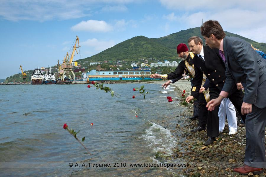 Фотография: День рыбака на Камчатке — бросание цветов в Авачинскую губу — дань памяти рыбакам, которые не вернулись из моря