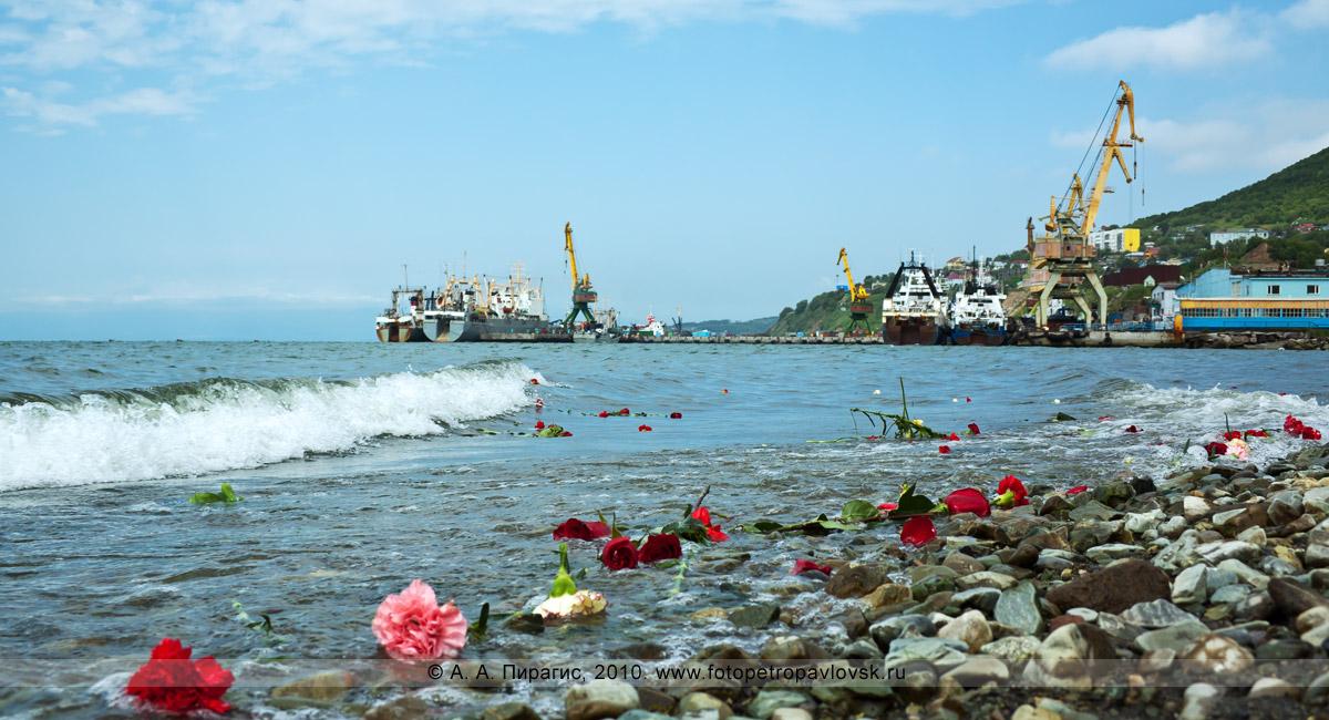Фотография: День рыбака на Камчатке — цветы на волнах Авачинской губы, которые кинули в воду жители Камчатки в память о рыбаках, не вернувшихся из рейса