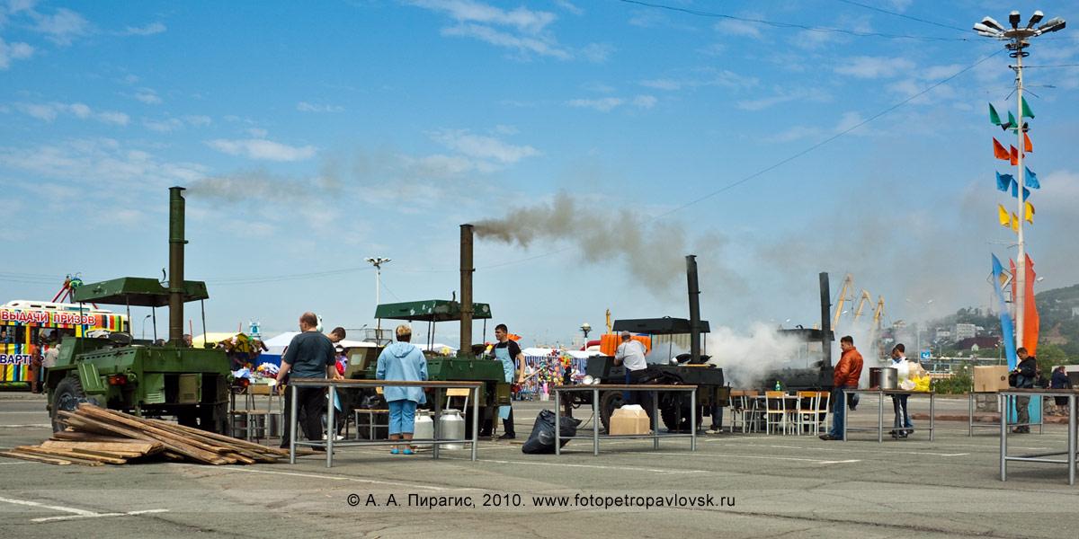Фотография: День рыбака на Камчатке — полевые кухни для приготовления камчатской рыбацкой ухи