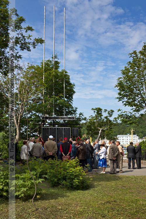Фотография: День рыбака на Камчатке — митинг у мемориальной доски погибшим морякам и судам, возложение цветов и венков на аллее Флота