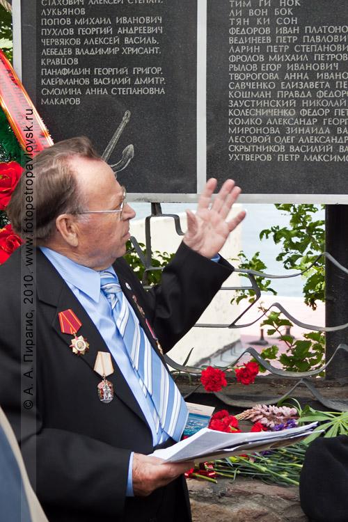 Фотография: День рыбака в Петропавловске-Камчатском: митинг у мемориальной доски погибшим морякам и судам, возложение цветов и венков на аллее Флота