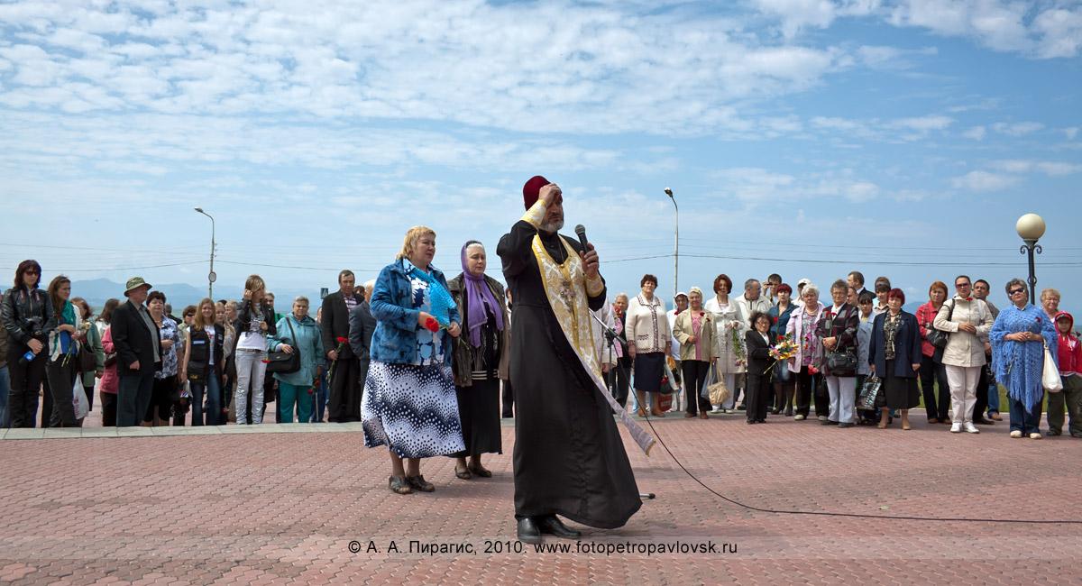 Фотография: День рыбака на Камчатке — отец Ярослав проводит молебен в центре города Петропавловска-Камчатского