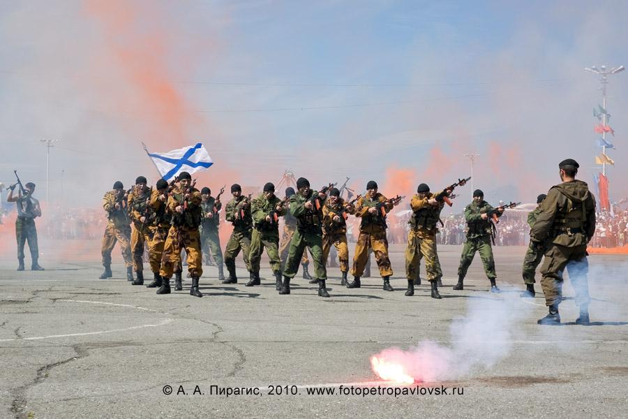 Фотография: празднование Дня ВМФ России на Камчатке — показательные выступления разведчиков морской пехоты