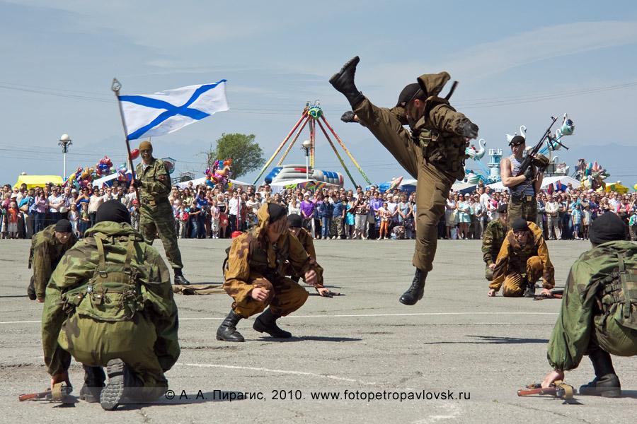 Фотография: празднование Дня Военно-морского флота России на Камчатке — показательные выступления разведчиков морской пехоты