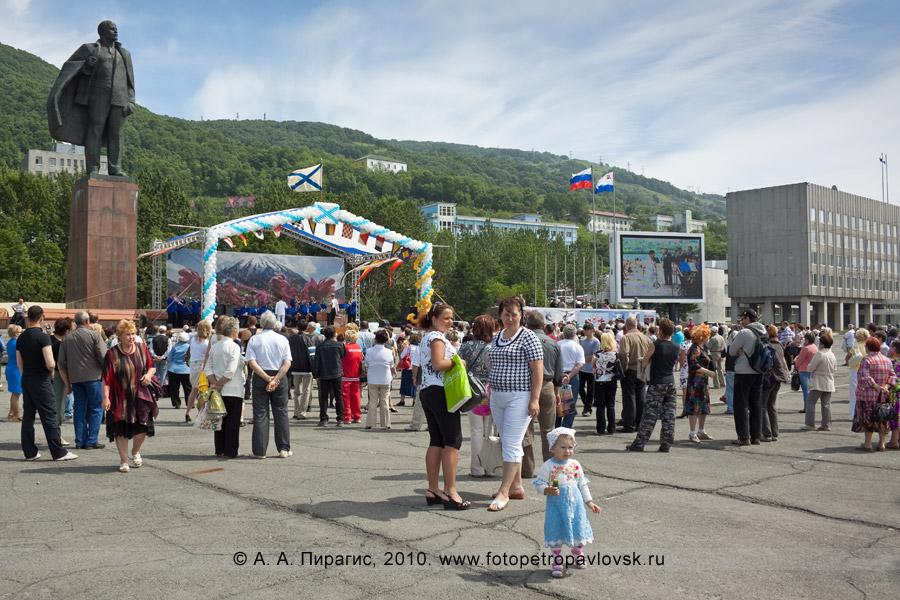 Фотография: празднование Дня ВМФ России на Камчатке — народные гуляния жителей Камчатского края и гостей полуострова Камчатка