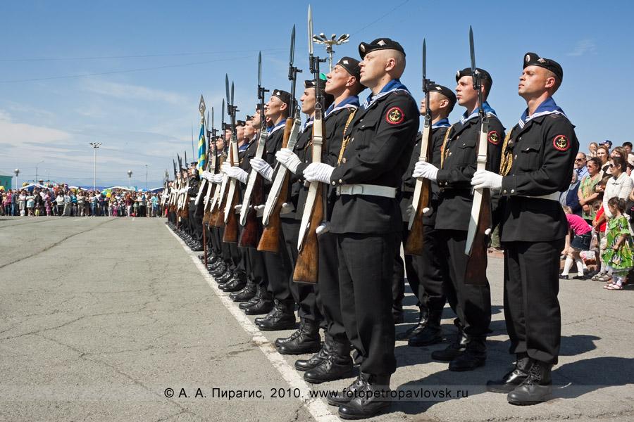 Фотография: празднование Дня Военно-морского флота в Камчатском крае — военный парад в Петропавловске-Камчатском