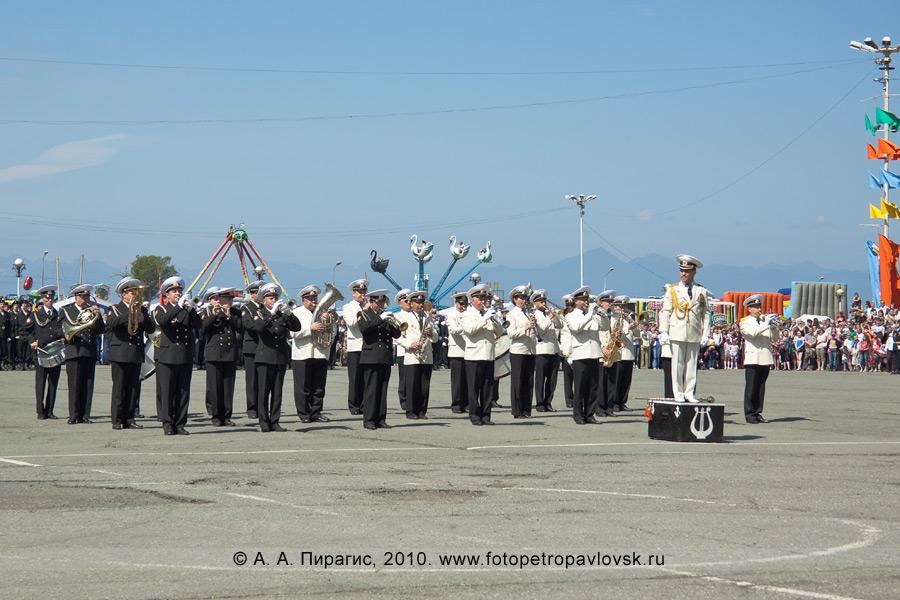 Фотография: празднование Дня Военно-морского флота на Камчатке: военный оркестр на параде в Петропавловске-Камчатском