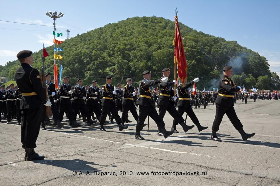 Фотография: военный парад в городе Петропавловске-Камчатском в День Военно-морского флота России