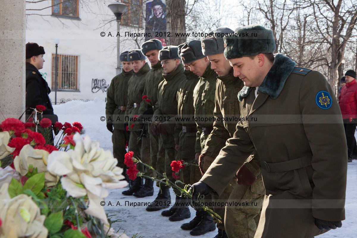Фотография: военнослужащие торжественно возлагают цветы к обелиску землякам-елизовчанам, погибшим в годы Великой Отечественной войны. Камчатский край, город Елизово