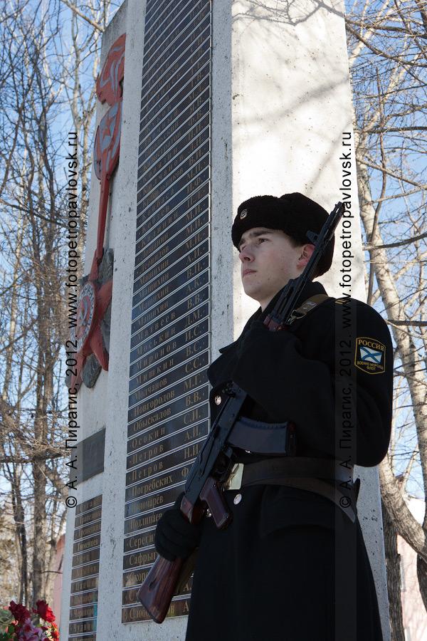 Фотография: почетный караул у обелиска землякам-елизовчанам, погибшим в годы Великой Отечественной войны. Камчатский край, город Елизово