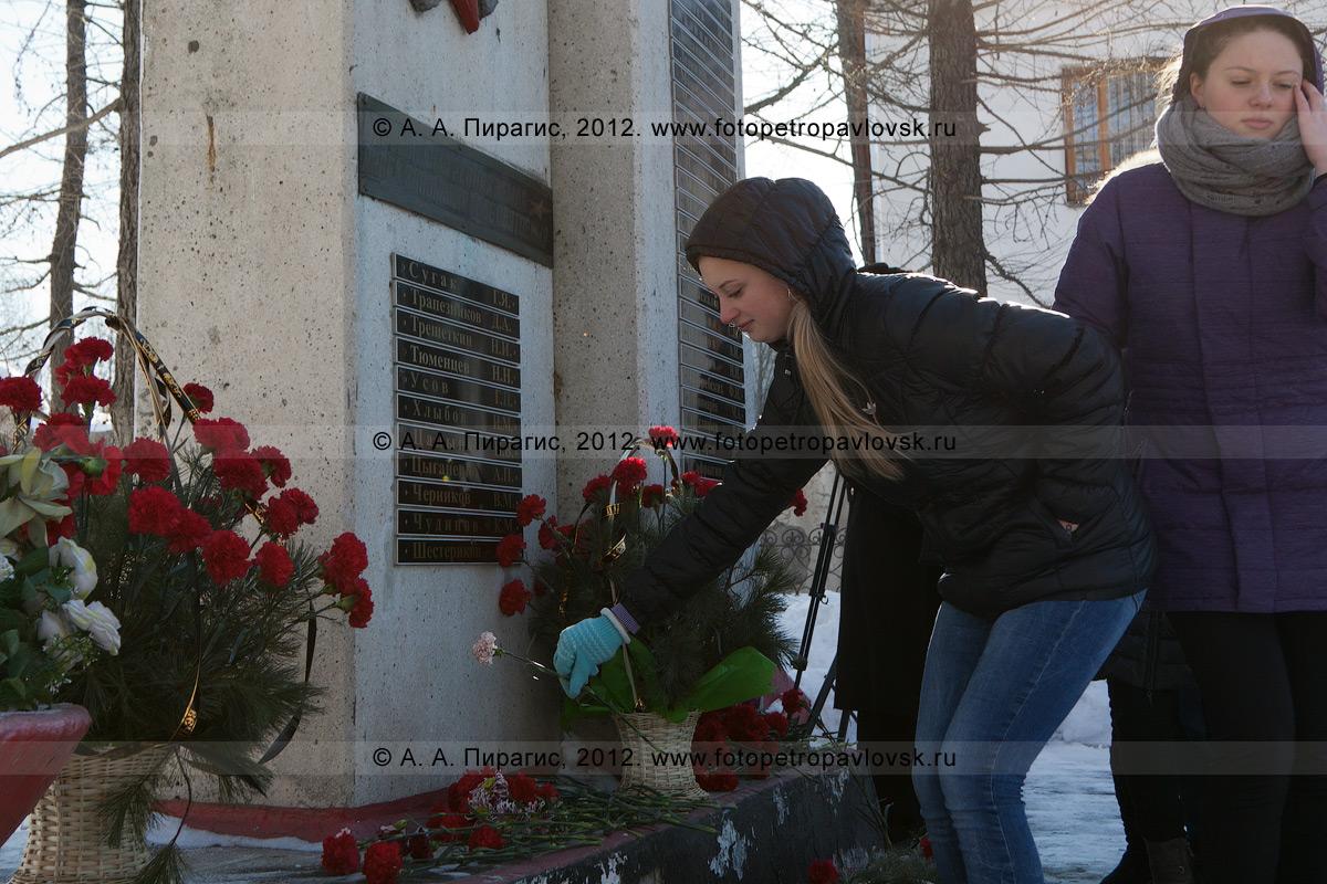 Фотография: возложения цветов к обелиску землякам-елизовчанам, погибшим в годы Великой Отечественной войны. Камчатский край, город Елизово