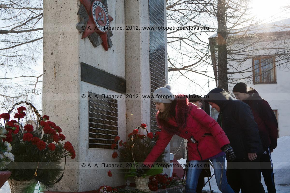 Фотография: жители города Елизово кладут цветы к обелиску землякам-елизовчанам, погибшим в годы Великой Отечественной войны. Камчатский край, город Елизово