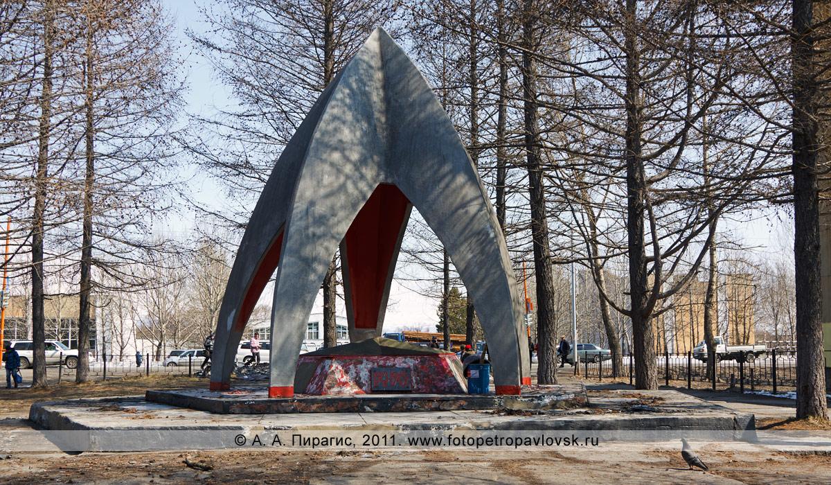Фотография: памятник погибшим в войне с империалистической Японией и захоронением останков И. В. Деркачева. Город Елизово (Камчатский край)