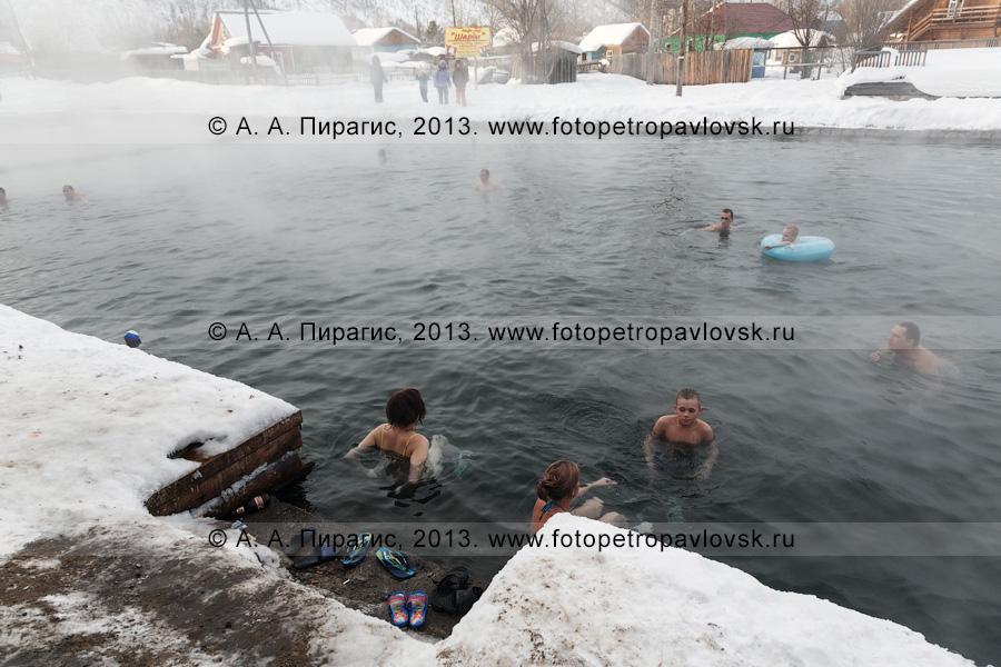 Фотография: туристы купаются в бассейне с термальной водой в селе Эссо Быстринского района Камчатского края