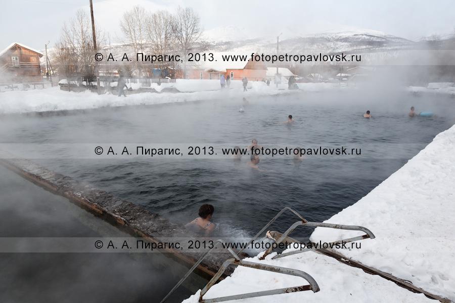 Фотография: вид на бассейн с термальной водой с купающимися туристами в центре села Эссо на Камчатке