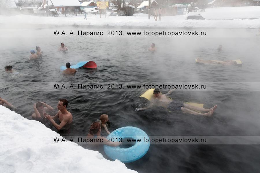 Фотография: туристы купаются в бассейне с термальной водой. Камчатский край, Быстринский район, село Эссо