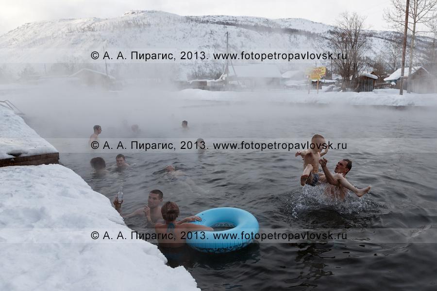 Фотография: купающиеся туристы в бассейне с термальной водой в селе Эссо на Камчатке