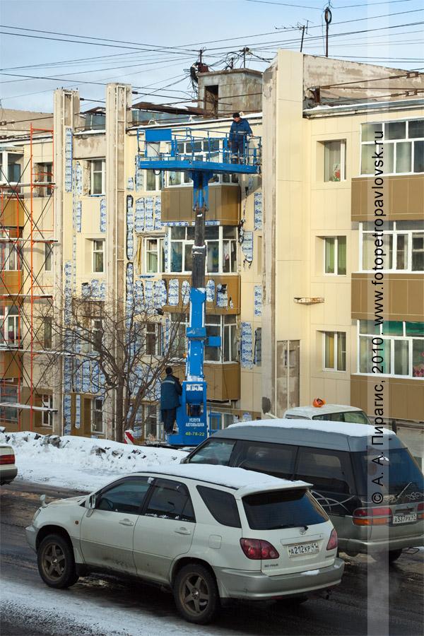 Фотография: ремонт фасада здания, расположенного по адресу: город Петропавловск-Камчатский, проспект 50 лет Октября, 8