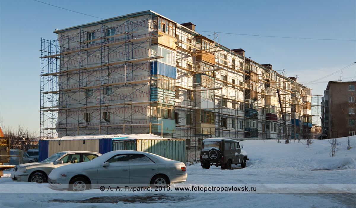 Фотография: город Петропавловск-Камчатский, улица Толстого, 3. Ведутся строительные работы по обновлению фасада здания