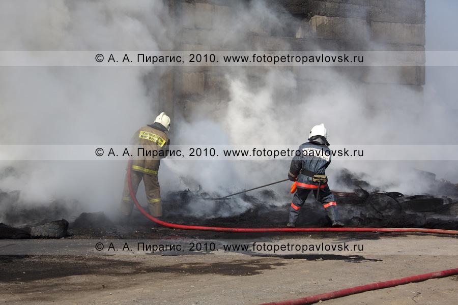 Фотография: камчатские пожарные тушат пожар в Петропавловске-Камчатском