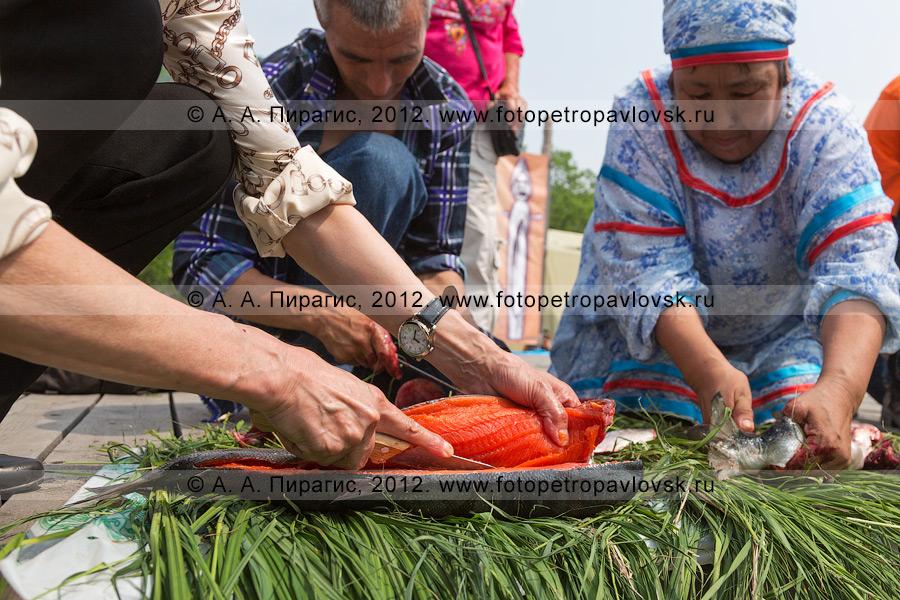 Фотография: конкурс по разделке красной рыбы. Праздник День первой рыбы на Камчатке