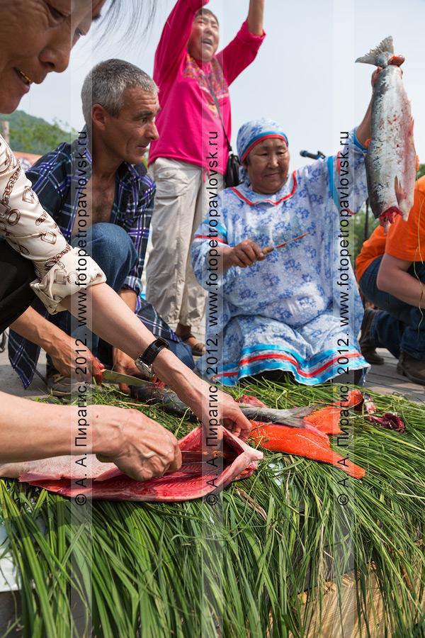 Фотография: конкурс по разделке красной рыбы во время празднования Дня первой рыбы в городе Петропавловске-Камчатском