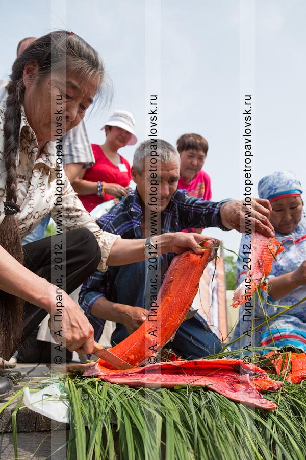 Фотография: разделка красной рыбы. Конкурс по разделке рыбы на скорость во время празднования Дня первой рыбы