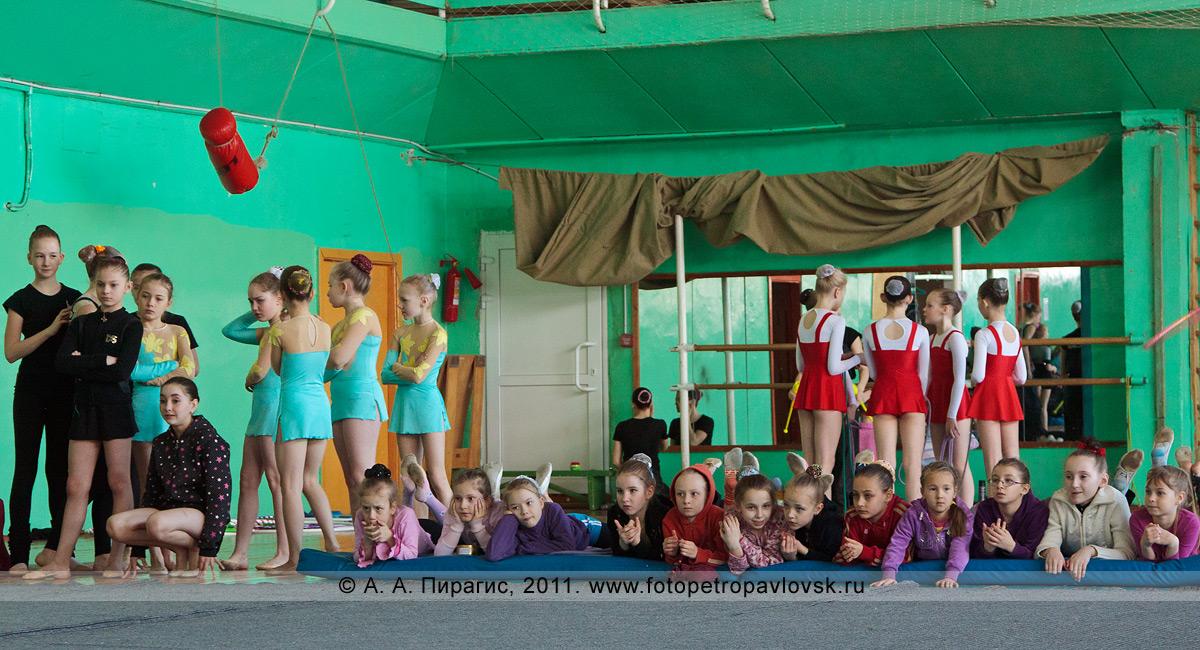 Фотография: камчатские гимнастки перед выступлением, 1-й и 2-й разряд. Художественная гимнастика на Камчатке