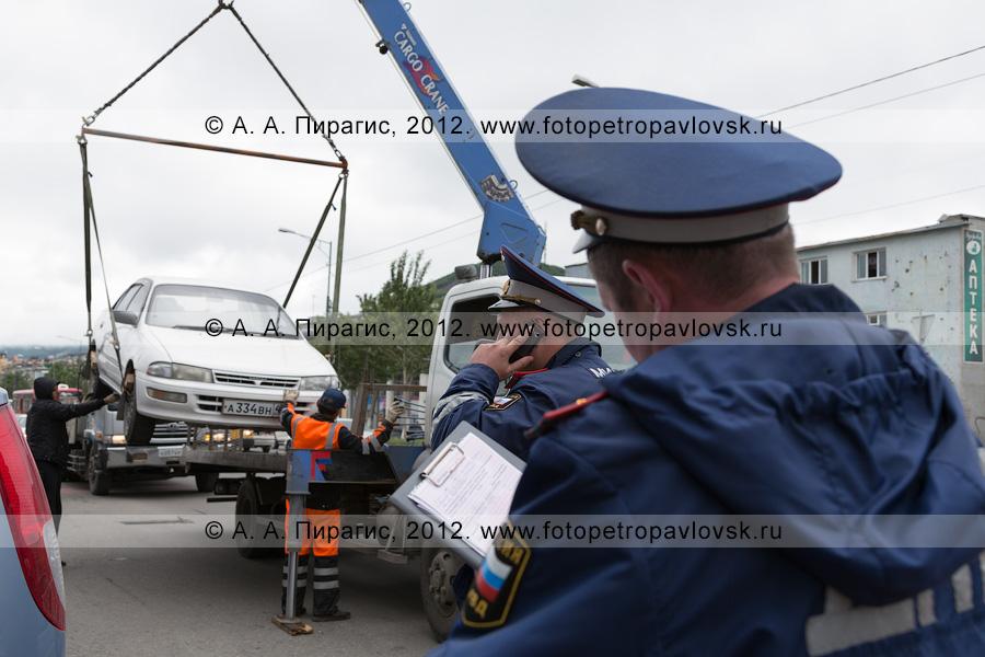Фотография: сотрудники ДПС ГИБДД проводят рейд по выявлению нарушений правил остановки и стоянки транспортных средств