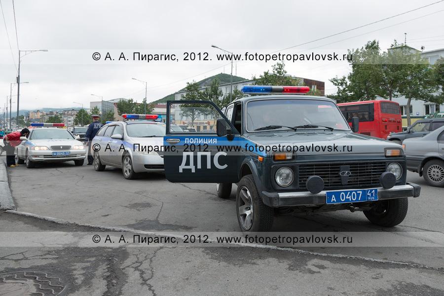 Фотография: автомобили дорожно-патрульной службы на дороге в городе Петропавловске-Камчатском