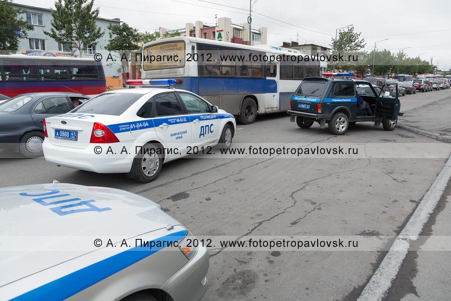Фотография: автомобили ДПС ГИБДД Камчатского края на дороге в городе Петропавловске-Камчатском