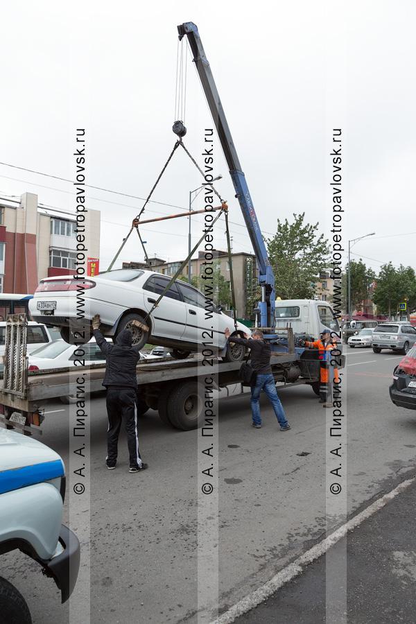 Фотография: погрузка автомобился на эвакуатор. Рейд ГИБДД Камчатского края по выявлению нарушений правил остановки и стоянки транспортных средств