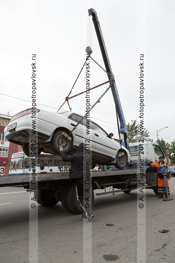 Фотография: погрузка автомобиля на эвакуатор