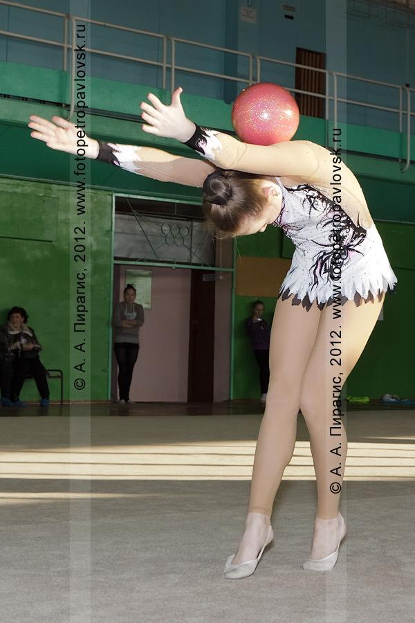 Фотография: камчатская гимнастка Эпова Алина (мастер спорта по художественной гимнастике), выступление с мячом. Соревнования по художественной гимнастике. Камчатский край, город Петропавловск-Камчатский