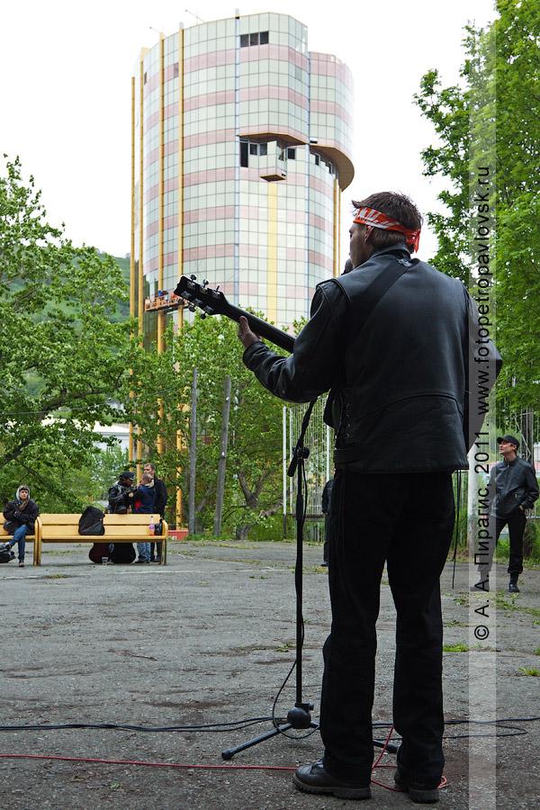 Фотография: выступление на концерте авторской песни. Празднование Дня молодежи в Петропавловске-Камчатском