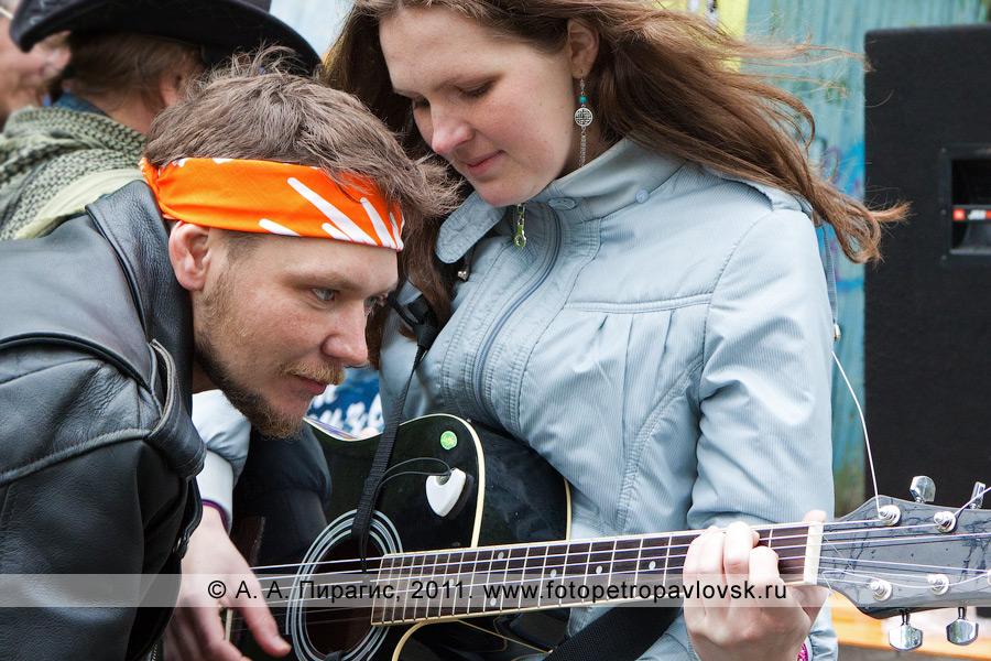 Фотография: камчатские гитаристы. Концерт бардов, посвященный Дню молодежи