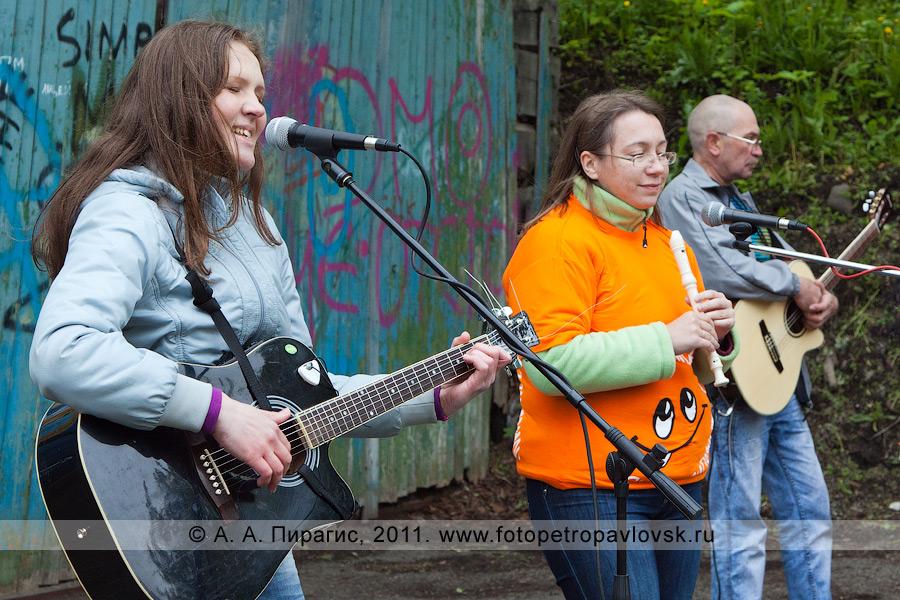 Фотография: исполнители авторской песни на концерте в городе Петропавловске-Камчатском