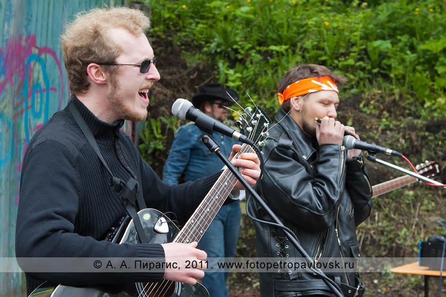 Фотография: играют и поют камчатские барды. День молодежи, город Петропавловск-Камчатский