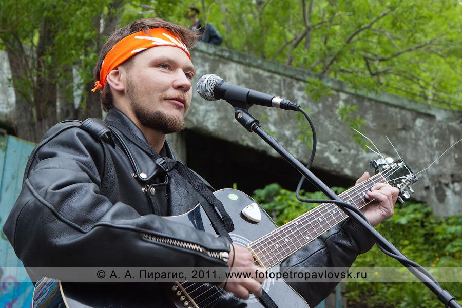 Фотография: камчатский гитарист. Концерт авторской песни в городе Петропавловске-Камчатском