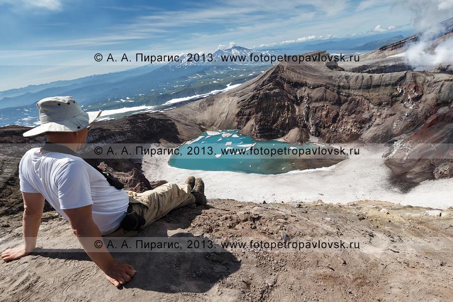 Фотография: турист отдыхает на краю кратера вулкана Горелый на Камчатке