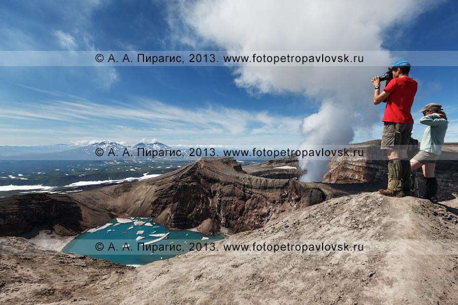 Фотография: туристы фотографируют кратер вулкана Горелый на Камчатке